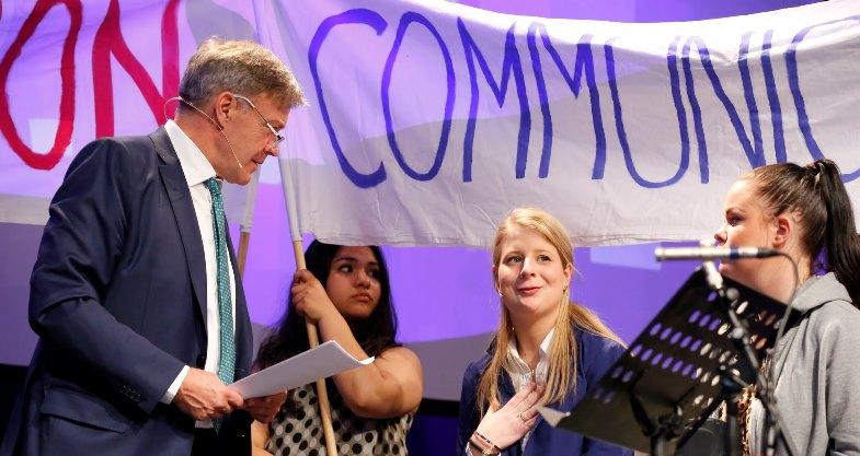 Konferansier Frode Stang snakker her med lederen av Ungdomsrådet, Guro Elshaug Schjønneberg.