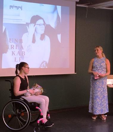 Mimmi og musikkterapeut Monika Overå ved lanseringen på Kulturhuset i Oslo.