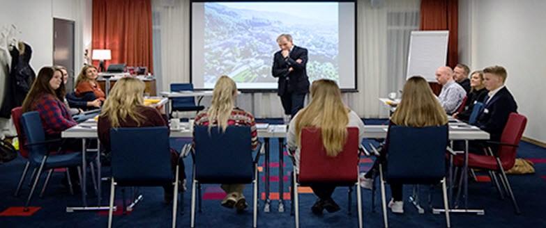 Administrerende direktør Eivind Hansen i møte med det første Ungdomsrådet ved Haukeland universitetssykehus